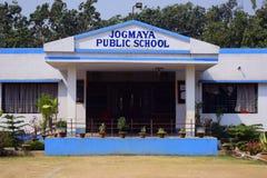 Un edificio scolastico di asilo con una vista frontale fotografia stock