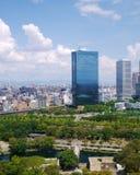 Un edificio tenido gusto cristalino al lado del castillo de Osaka Foto de archivo