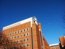 Un edificio y una luna de ladrillo rojo Foto de archivo