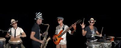 Un'effettuazione dei quattro musicisti isolata sopra indietro Immagini Stock
