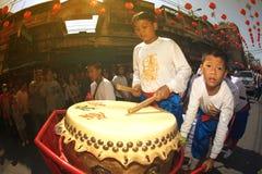 Un ejecutante del tambor participa en el festival chino del Año Nuevo Imagen de archivo