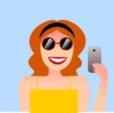 Un ejemplo bonito de una muchacha con gafas de sol y un smartphone Foto de archivo