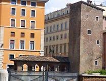 Un ejemplo de la arquitectura mezclada en Roma, Italia imagenes de archivo