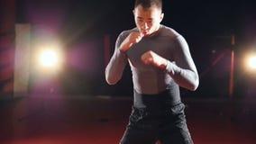 Un ejercicio de formación de los kickboxers en la cámara lenta almacen de video