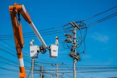 Un electricista está comprobando Foto de archivo libre de regalías
