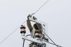 Un electricista que sube en eléctrico está reparando al prisionero de guerra eléctrico Imagen de archivo libre de regalías