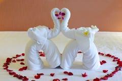 Un elefante hecho de las toallas blancas Imagenes de archivo