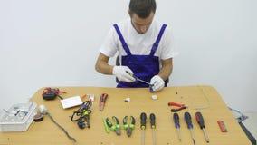 Un elettricista ripara la spina per l'incavo stock footage