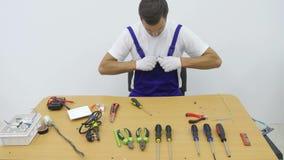 Un elettricista ripara la spina per l'incavo video d archivio