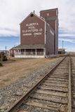 Un elevatore di grano accanto alla ferrovia fotografia stock