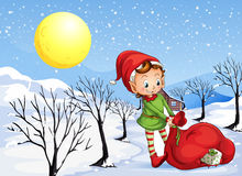 Un elfo che tiene una borsa dei regali Fotografie Stock