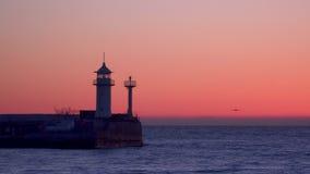 Un embarcadero con un faro que destella en el amanecer Yalta Crimea almacen de metraje de vídeo