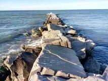 Un embarcadero concreto en Sunny Shores del lago Erie Imagen de archivo libre de regalías