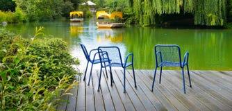 Un embarcadero de madera es una plataforma en un lago en el parque de la ciudad Pho ancho fotografía de archivo libre de regalías