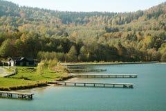 Un embarcadero de madera simple en el lago Stara Morawa, Polonia imagenes de archivo