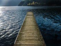 Un embarcadero del lago Como - Italia Foto de archivo libre de regalías