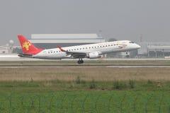 Un Embraer 190 che atterra sulla pista Immagini Stock