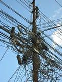 Un embrouillement des câbles et des fils à Katmandou, Népal photographie stock libre de droits