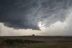 Un embudo del tornado de la cuerda se disipa por debajo la corriente aérea ascendente de una tempestad de truenos del supercell imagen de archivo