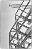 Un emplazamiento de la obra con enmarcar del acero y una grúa de construcción amarilla Fotos de archivo