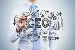 Un empleado ambicioso está dibujando una carta del gobierno corporativo en la pantalla de cristal Un CEO está en una pieza de la  imagen de archivo