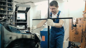 Un employé assemble un dispositif pour la mesure banque de vidéos