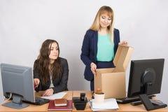 Un employé dans le bureau observant un nouveau collègue qui arrange des choses Photos libres de droits