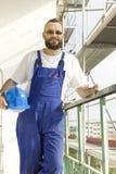 Un employé dans un équipement de travail sur un chantier de construction Travaux à l'altitude Images stock
