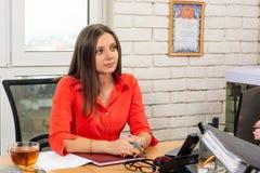 Un employé de bureau écoute attentivement un client photo libre de droits
