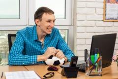 Un employé de bureau observe le football et apprécie un but marqué photos libres de droits
