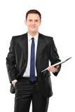Un empresario feliz que sostiene un sujetapapeles Imágenes de archivo libres de regalías