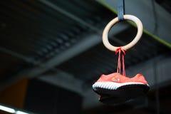 Un en bois sonne toujours avec des espadrilles ou des entraîneurs de rose du ` s de femmes accrochant avec des dentelles là-dessu Photo libre de droits
