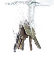 Un encadenamiento dominante que cae en el agua Imagen de archivo
