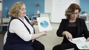 Un encargado de sexo femenino presenta nuevo plan del proyecto a los colegas, explicando ideas encendido, empresaria da la presen almacen de video