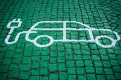 Un endroit spécial pour charger les voitures électriques ou les véhicules Un mode de transport moderne et qui respecte l'environn photographie stock libre de droits
