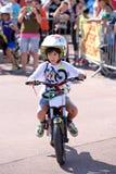 Un enfant à la concurrence junior de FMX (motocross de style libre) aux sports extrêmes Barcelone de LKXA Photo stock