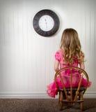Un enfant à temps à l'extérieur ou dans l'ennui image stock