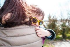 Un enfant étreint sa mère Images libres de droits