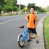 Un enfant avec la bicyclette Images libres de droits