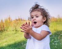 Un enfant avec les cheveux bouclés Photographie stock libre de droits