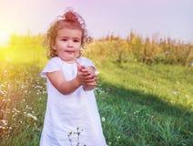 Un enfant avec les cheveux bouclés Photos stock