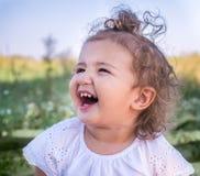 Un enfant avec les cheveux bouclés Photo libre de droits