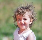 Un enfant avec les cheveux bouclés Images libres de droits