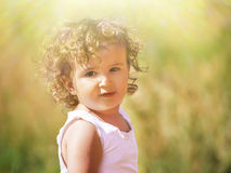 Un enfant avec les cheveux bouclés Photo stock