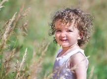 Un enfant avec les cheveux bouclés Images stock