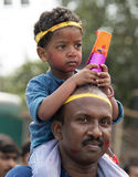 Un enfant avec son père à l'immersion de la déesse Durga, Kolkata Photo stock