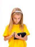 Un enfant avec un e-livre Image stock