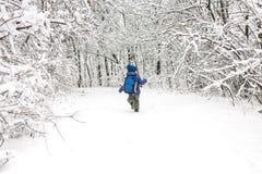 Un enfant court par la neige images libres de droits