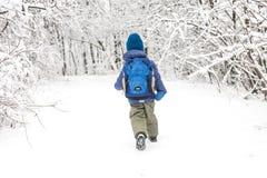 Un enfant court par la neige photos stock