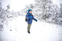 Un enfant court par la neige photographie stock libre de droits